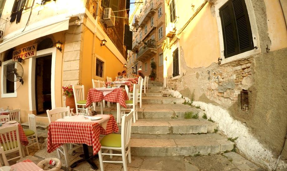 Typiske Hellas med små trange gater og resturanter